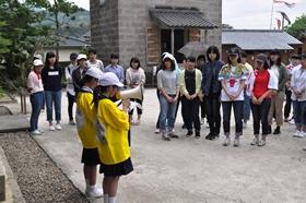 入来麓武家屋敷の見学では、入来小学校の皆さんが説明してくださいました