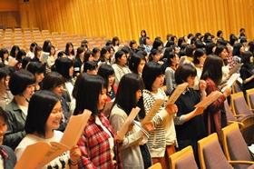 みやまコンセールではミニコンサートのあと、「純心賛歌」を練習