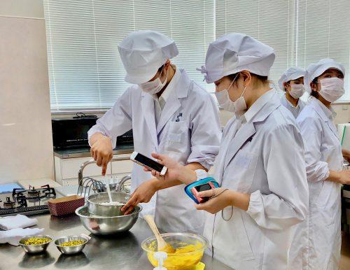 食物栄養専攻の学生たちがパウンドケーキを作りました