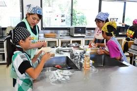 学生に教わりながら調理